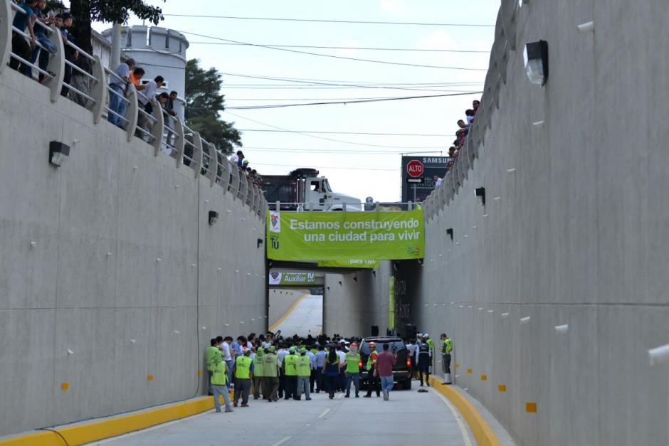 El nuevo paso a desnivel conecta la 2a. calle de la zona 10 con el bulevar Vista Hermosa. (Foto: Wilder López/Soy502)