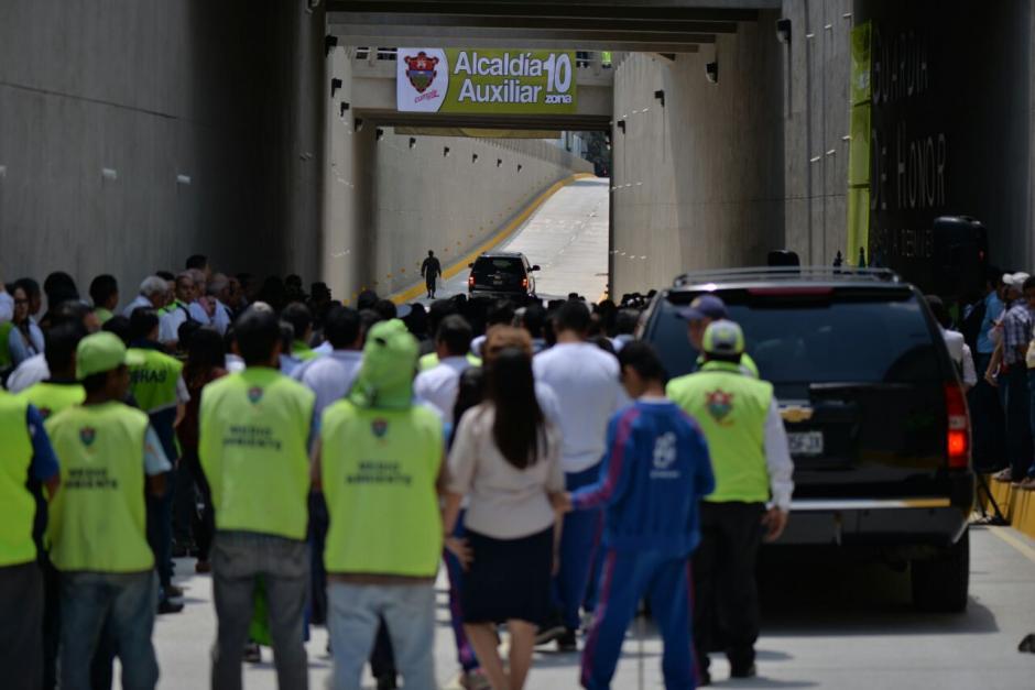 Empleados municipales presencian la inauguración. (Foto: Wilder López/Soy502)