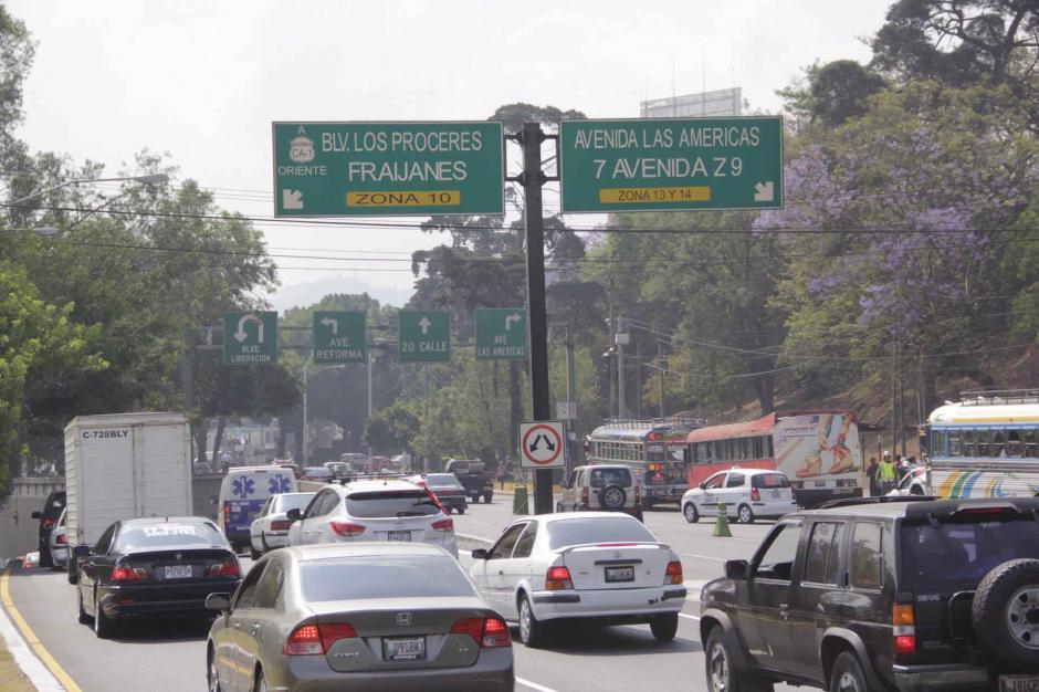 El paso a desnivel en el Obelisco para los que se dirigen a la 20 calle. (Foto: Jesús Alfonso/Soy502)