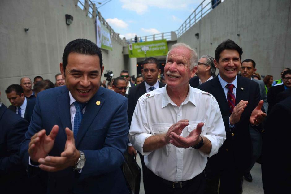 El presidente Jimmy Morales y el alcalde Álvaro Arzú recorren el viaducto antes de darlo por inaugurado. (Foto: Jesús Alfonso/Soy502)