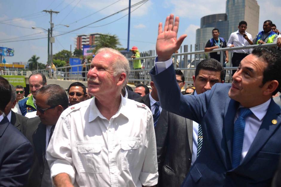 JImmy Morales saludó a los otros invitados al acto inaugural. (Foto: Jesús Alfonso/Soy502)