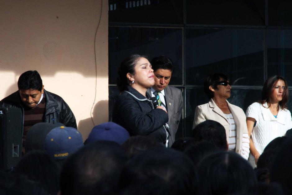 La directora del INCA, Mariela de Espina se dirige a los padres de familia en una reunión en la que dieron una serie de recomendaciones de seguridad. (Foto: Antonio Ordoñez)