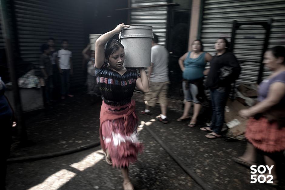 Como pudieron los comerciantes de la Terminal ayudaron a los bomberos a sofocar las llamas. (Foto: Jesús Alfonso/Soy502)