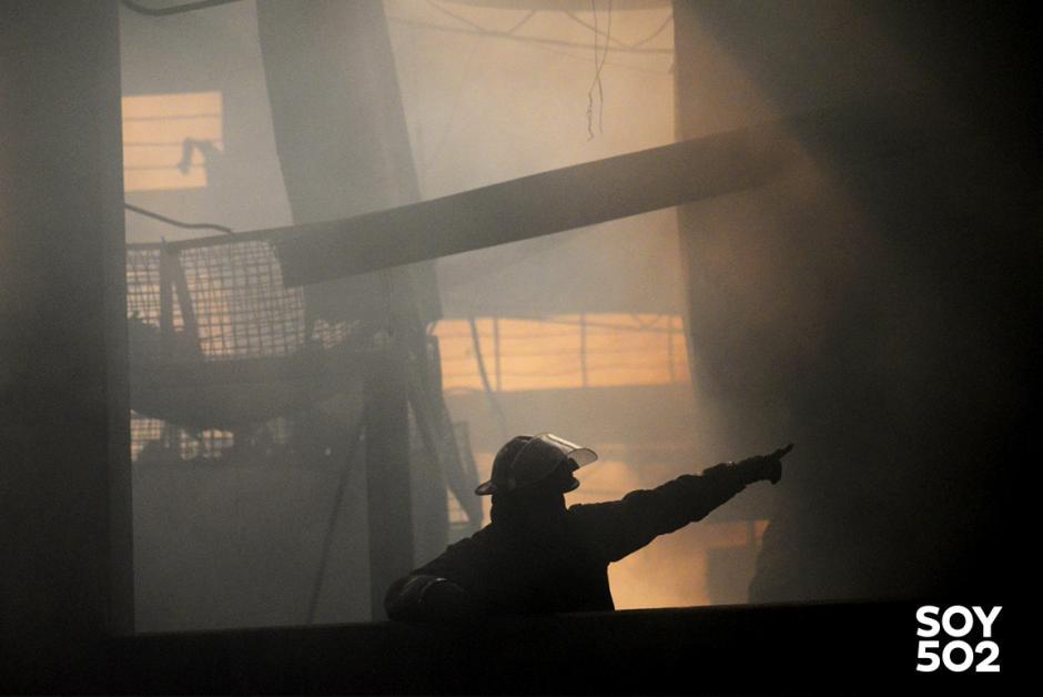 Entre humo y fuego, los bomberos arriesgan la vida. (Foto: Jesús Alfonso/Soy502)
