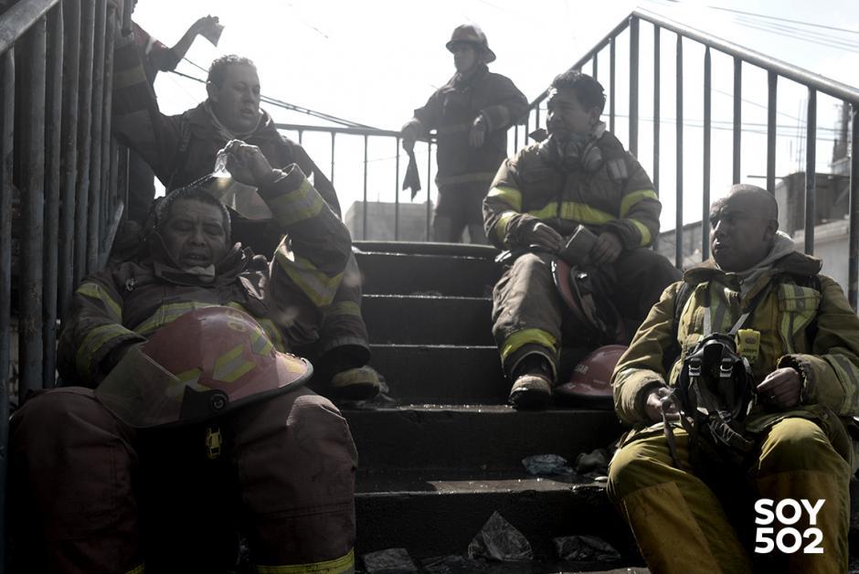 Exhaustos los bomberos eperan a que llegue una motobomba llena. (Foto: Jesús Alfonso/Soy502)