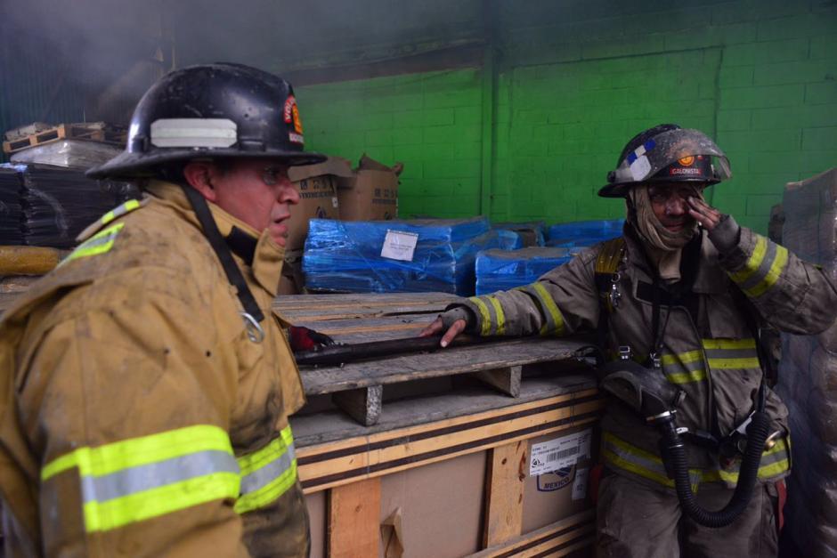 El humo hizo más difícil la labor de los rescatistas. (Foto: Jesús Alfonso/Soy502)