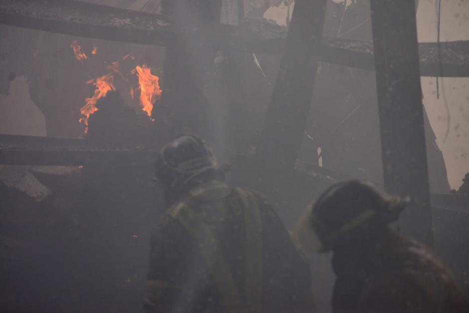Un incendio de grandes proporciones se registró en una bodega ubicada sobre la Calzada Atanasio Tzul. (Foto: Jesús Alfonso/Soy502)