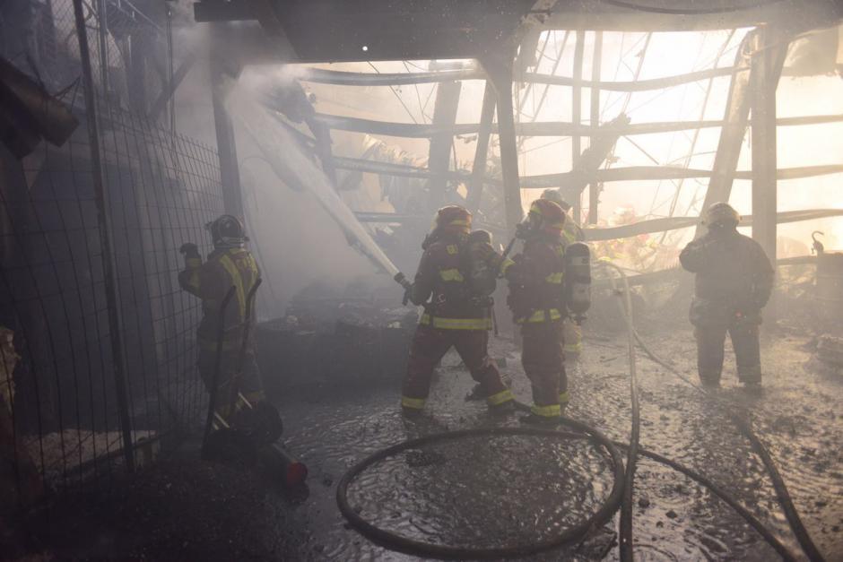 Los socorristas informaron que se necesitó de una hora para apagar el fuego. (Foto: Jesús Alfonso/Soy502)