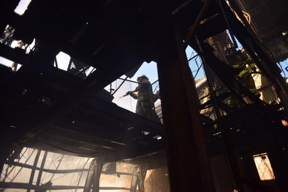 Luego de varios minutos, los bomberos controlaron el fuego. (Foto: Jesús Alfonso/Soy502)