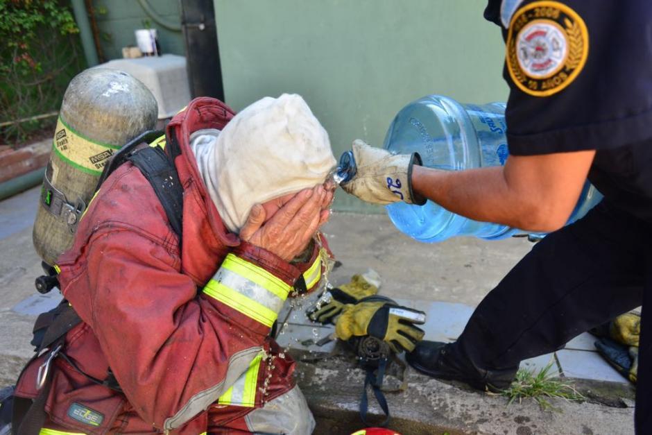 Los cuerpos de socorro atendieron a sus compañeros ya que la densidad del humo afectó su vista. (Foto: Jesús Alfonso/Soy502)