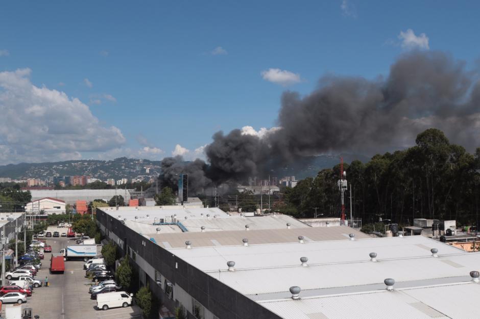 El humo era tan denso que se veía desde muy lejos. (Foto: Alejandro Balán/Soy502)