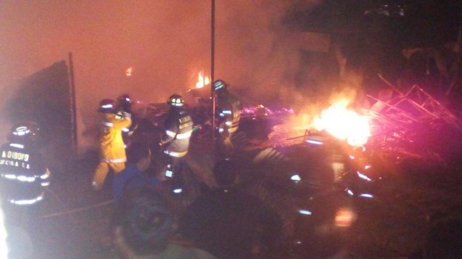 Un incendio en el mercado de Chichicastenango consumió al menos 100 locales. (Foto: CBMDEPTAL)