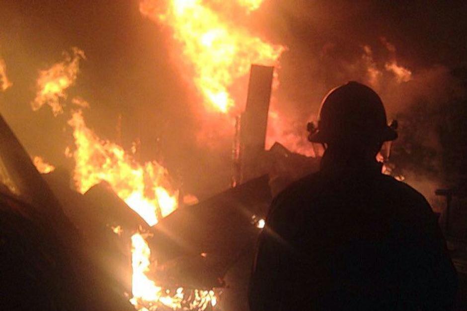 Un incendio consumió un predio en San Cristóbal. (Foto: Bomberos Municipales)