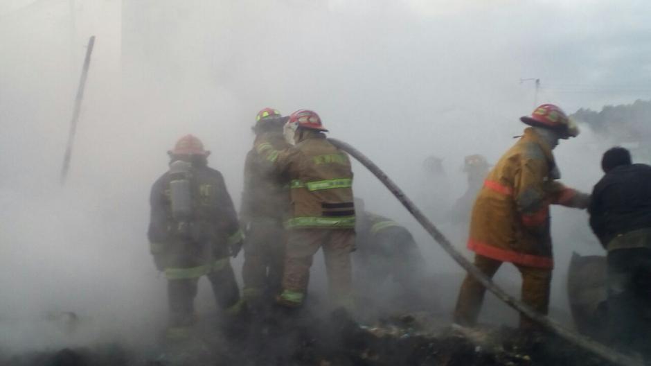 Los socorristas trabajan en la remoción de escombros.  (Foto: CBMDEPTAL)