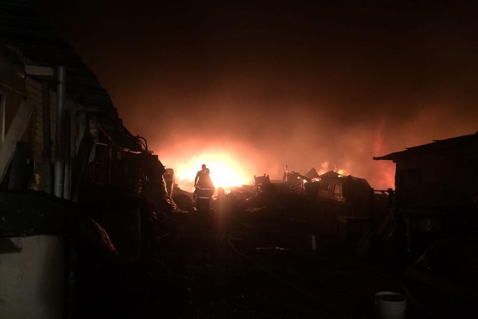 El siniestro fue declarado alrededor de la media noche. (Foto: Bomberos Municipales)