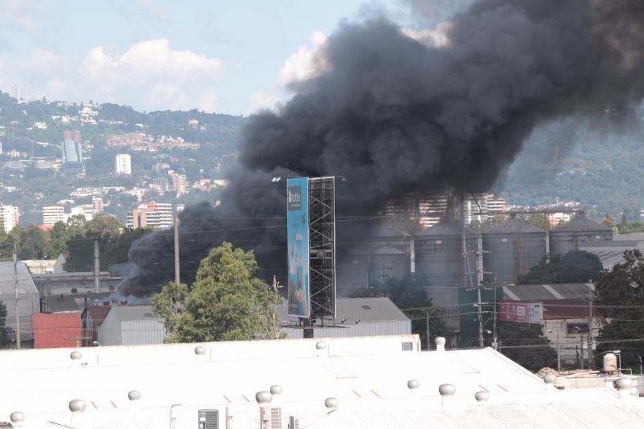 La alerta provino de vecinos que observaron el humo sobre el cielo. (Foto: Alejandro Balán/Soy502)