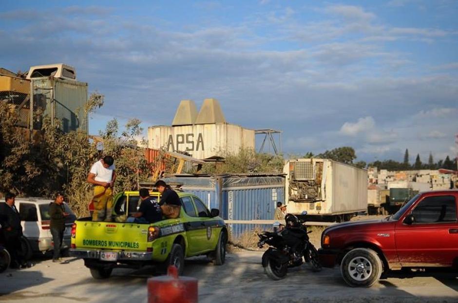 Los Bomberos Municipales intentaron ingresar a la propiedad pero por momentos les fue impedido. (Foto: Alejandro Balan/Soy502)
