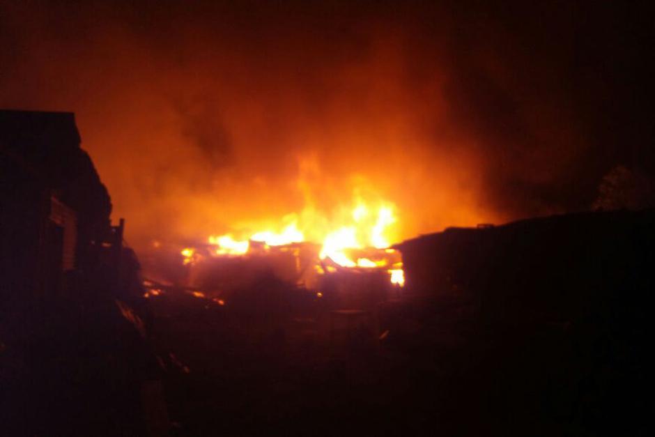 Los bomberos trabajaron durante toda la madrugada para sofocar las llamas. (Foto: Bomberos Municipales)