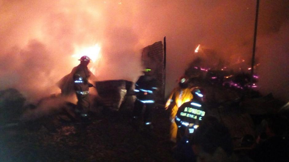 El incendio se suscitó a horas de la madrugada de este lunes. (Foto: CBMDEPTAL)