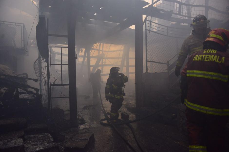 Los bomberos Voluntarios y Municipales acudieron a extinguir las llamas. (Foto: Jesús Alfonso/Soy502)