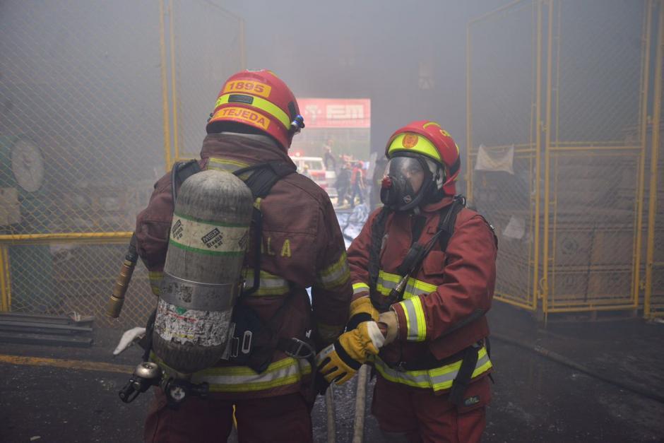 Fue necesario utilizar tanques de oxígeno para apagar las llamas. (Foto: Jesús Alfonso/Soy502)