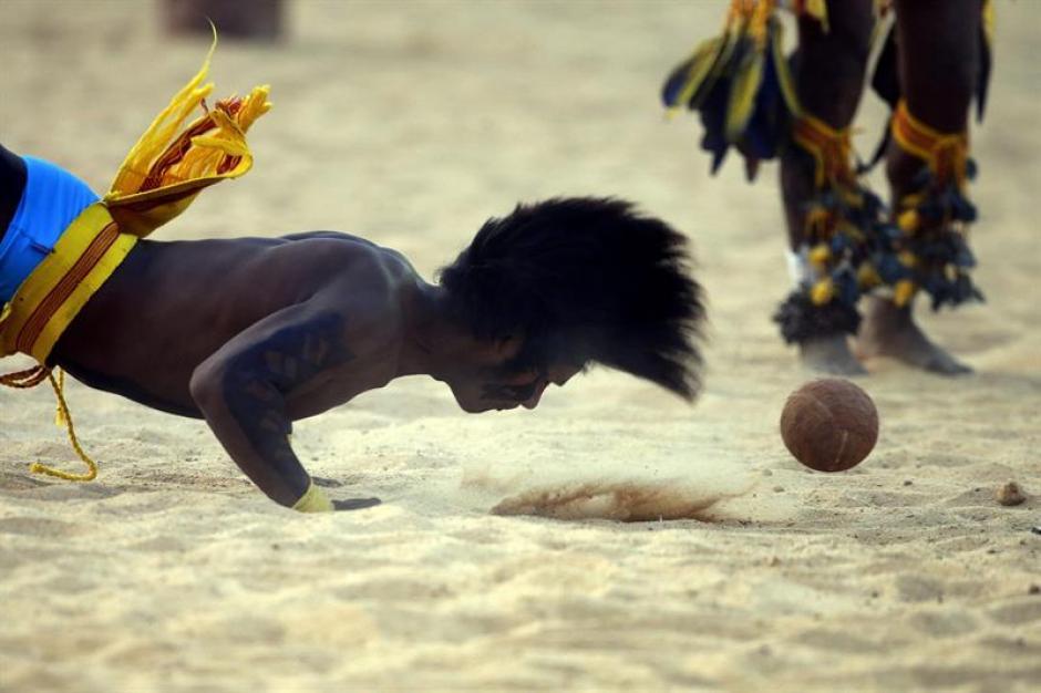 Indigenas brasileños de la etnia Paresi juegan el fútbol de cabeza (Jikunahati), una modalidad tradicional popular. (Foto: EFE)
