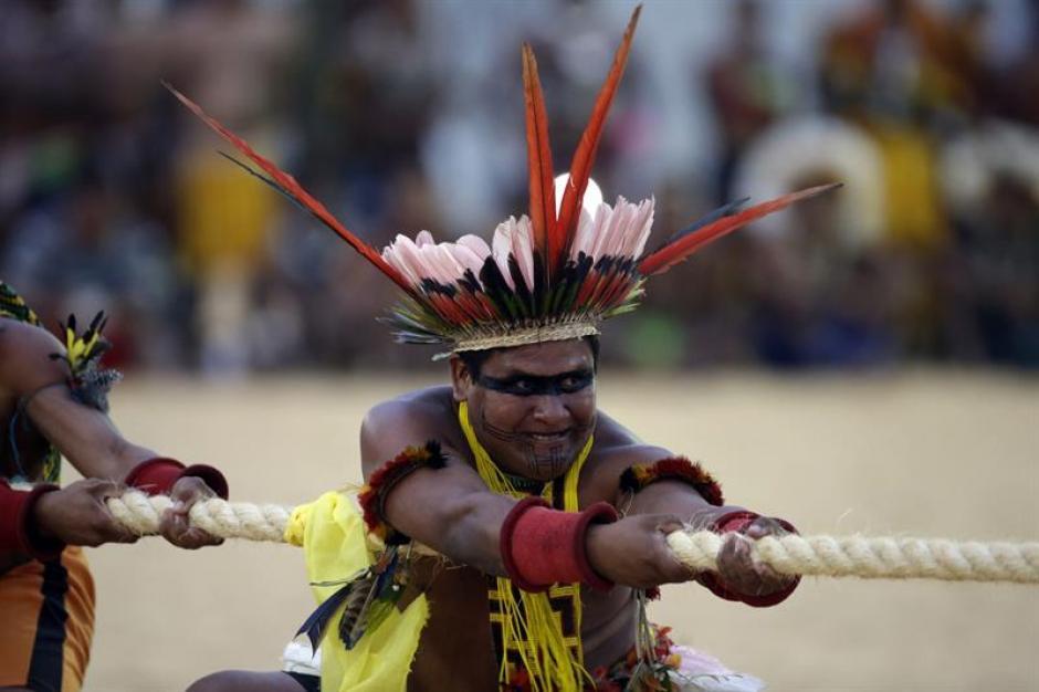 Indígenas brasileños participan en uno de los juegos tradicionales durante la tercera jornada de los Juegos. (Foto: EFE)
