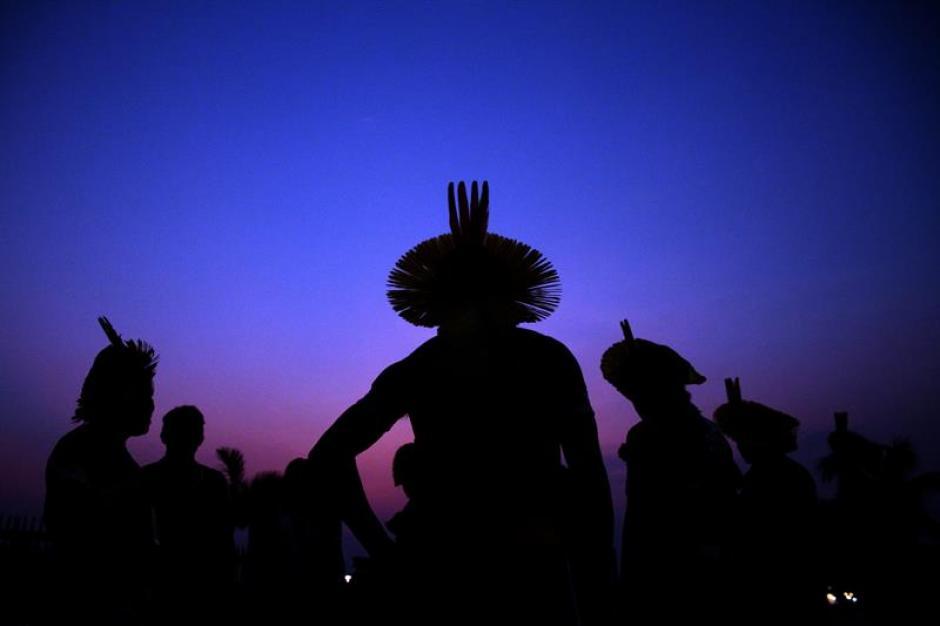 Indígenas de la etnia Kaypo participan de la ceremonia del fuego durante la inauguración de los Juegos Mundiales Indígenas. (Foto: EFE)