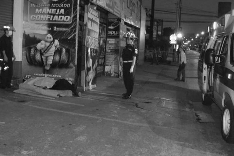 Dos indigentes fueron atacados en la zona 9 capitalina, uno de ellos murió. (Foto: @bomberosmuni)