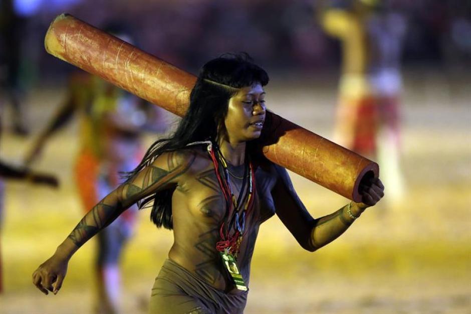 Indígenas brasileños compiten en una carrera de troncos. (Foto: EFE)