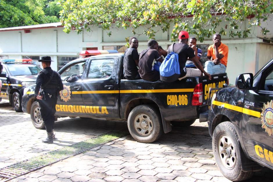 Un bus con 54 indocumentados fue localizado en Ipala, Chiquimula. (Foto: PNC)