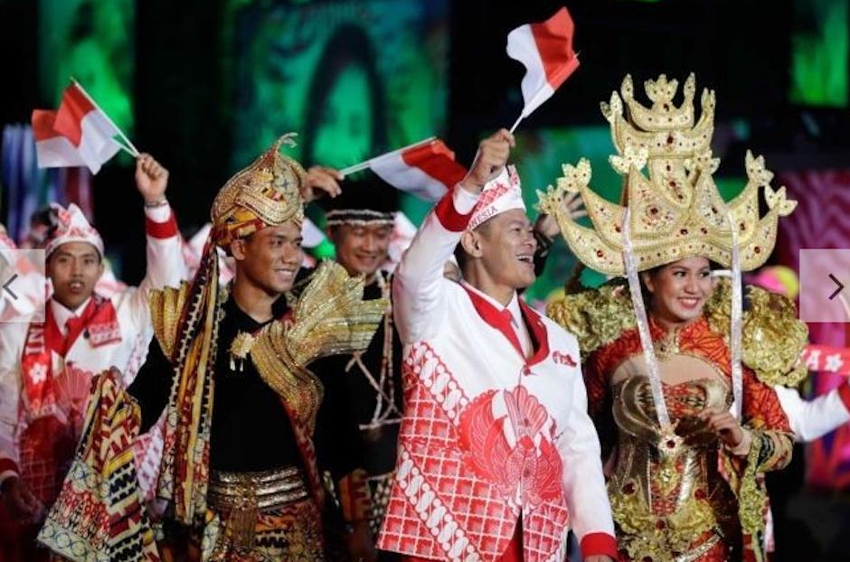 Indonesia también llamó la atención por su exótico traje. (Foto: Vogue)