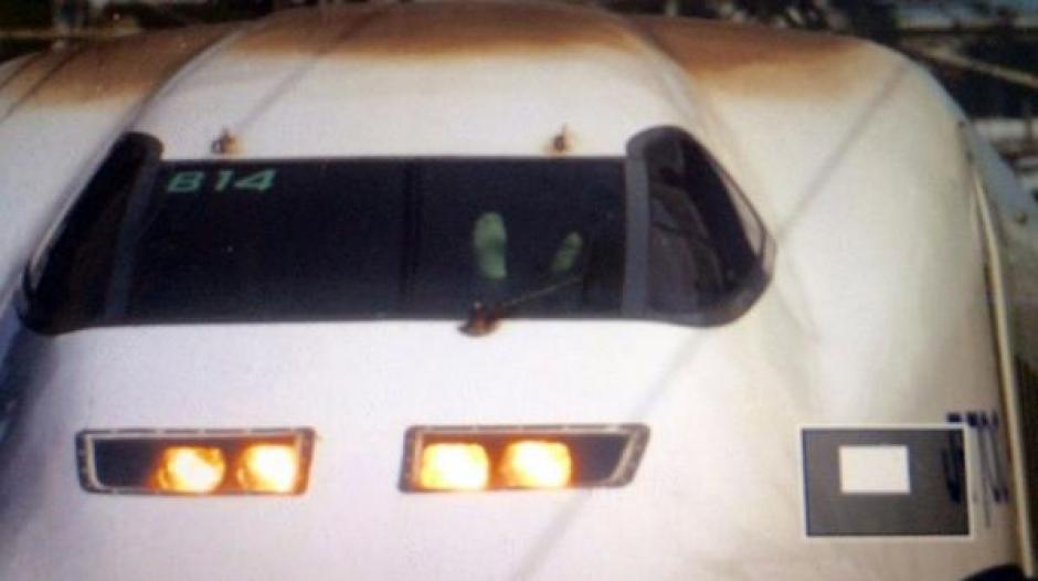 Esta fue la imagen de los pies del conductor sobre el tablero que causó indignación. (Foto: Infobae.com)