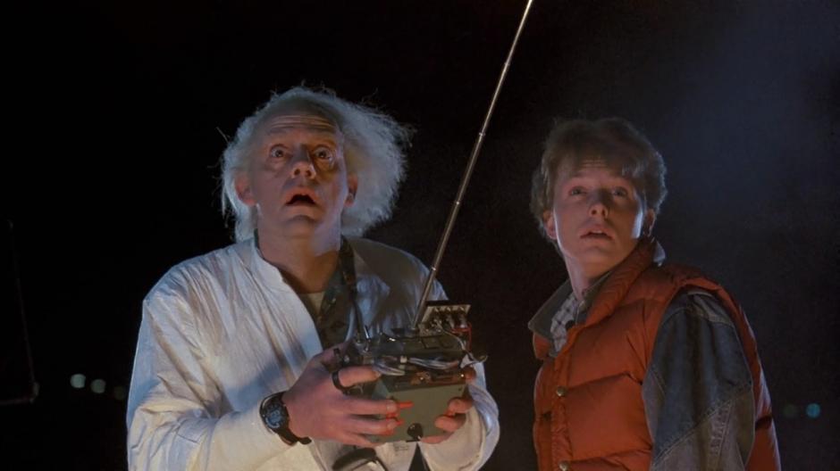 """Marty y el """"Doc"""", en una escena de la película """"Volver al Futuro"""" que se estrenó hace 30 años. (Foto: io9.com)"""