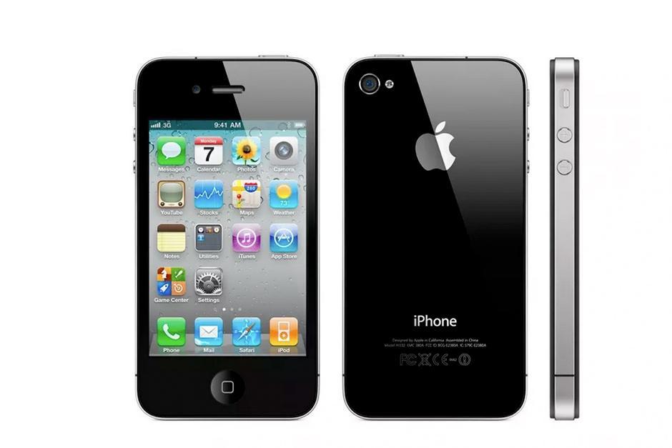 El primer rediseño importante de Apple en el iPhone aparece en una combinación de acero inoxidable y vidrio. Tanto la parte delantera y trasera del iPhone 4 está cubierto de vidrio, un cambio radical con el modelo anterior el 3GS. Apple también presentó una cámara mirando hacia el frente con FaceTime, una pantalla Retina de 3.5 pulgadas y una cámara de 5 megapíxeles con flash LED. (Foto: The Verge)