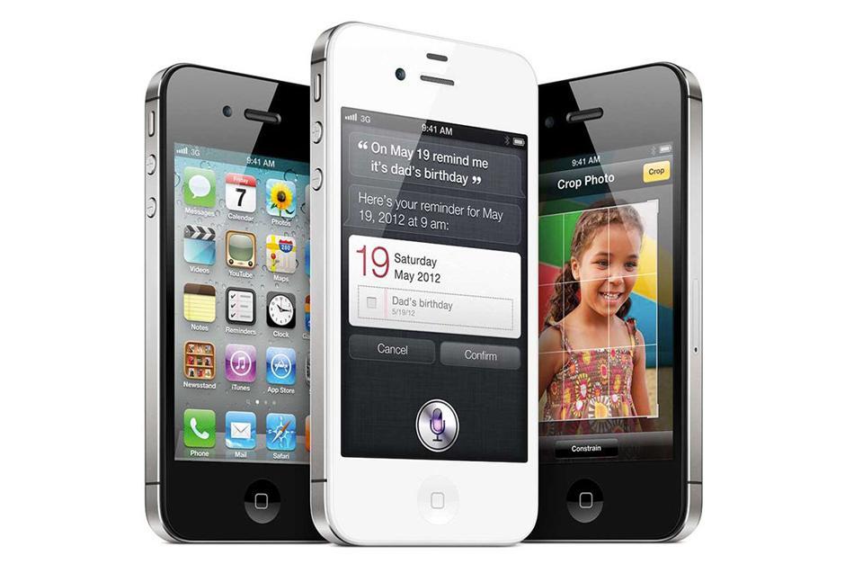 El iPhone 4S se ve idéntico al iPhone 4. Este modelo mejora en el diseño de doble antena encapsulada en la banda de acero inoxidable, todo al tiempo que obtienen un procesador más rápido, una cámara de 8 megapíxeles con grabación de vídeo de 1080p, y soporte para el asistente Siri. (Foto: The Verge)