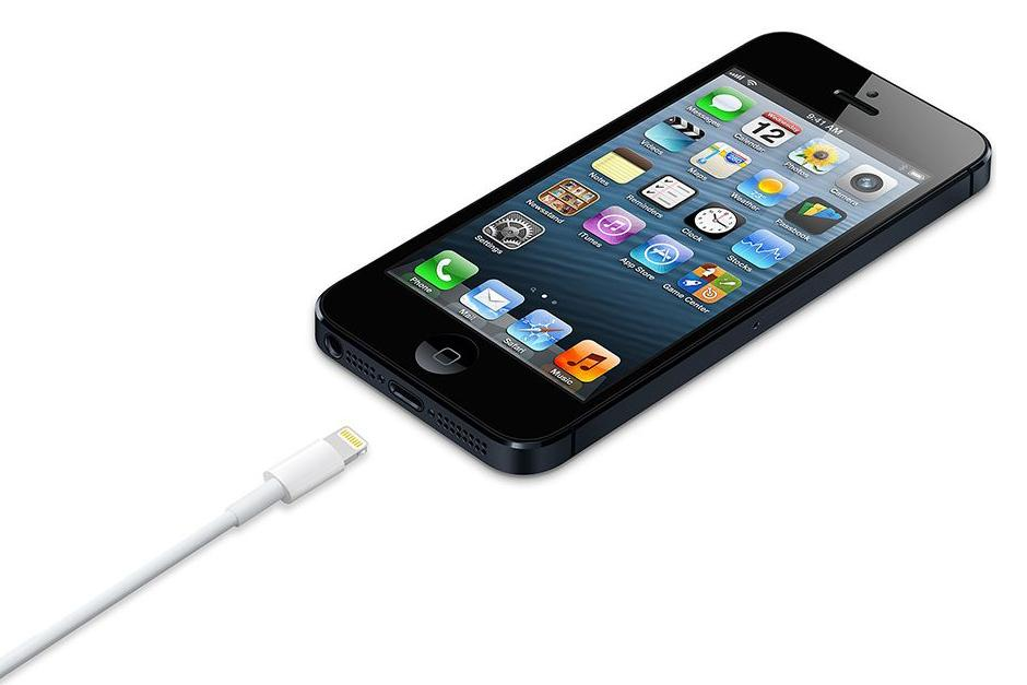El iPhone 5 sorprende con una mejor cámara de 8 megapíxeles con una cubierta de lente de cristal de zafiro y la cámara HD FaceTime en el frente. Junto con un diseño radical, Apple cambió el conector de rayos y rediseñó sus auriculares EarPod. (Foto: The Vergue)