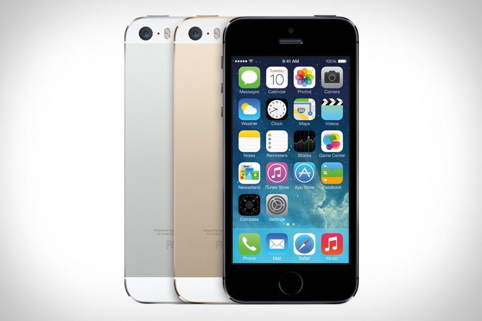 El iPhone 5S tiene un diseño fino y ligero, cuenta con las mismas dimensiones que su predecesor el iPhone 5. La cámara posee mejoras que incrementan su rendimiento. El sensor de huella dactilar, el TouchID, le da la oportunidad al usuario de desbloquear el aparato sin necesidad de introducir una contraseña.