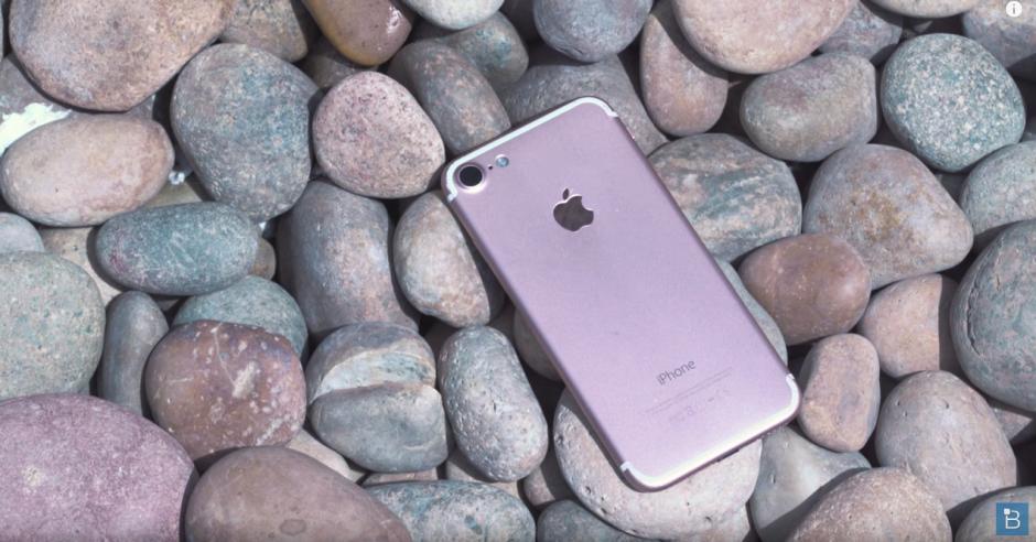 Se rumora que el nuevo iPhone 7 no tendrá muchos cambios en el diseño, con el anterior modelo. (Captura de pantalla: TechnoBuffalo/ YouTube)