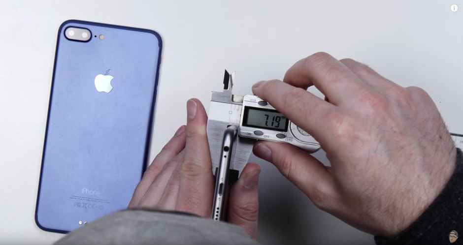 El hombre mide el grosor del aparato. (Captura de pantalla: Unbox Therapy/YouTube)