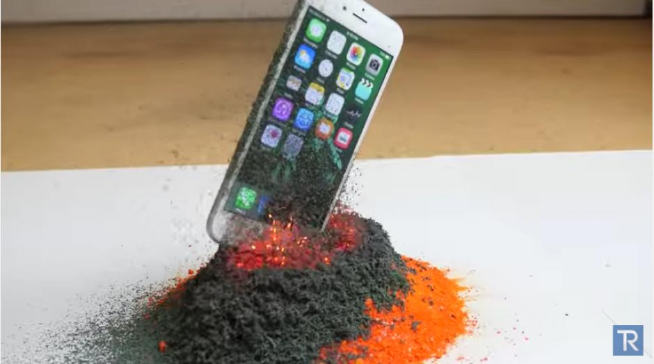 Las cenizas empiezan a cubrir el iPhone. (Foto: Youtube)