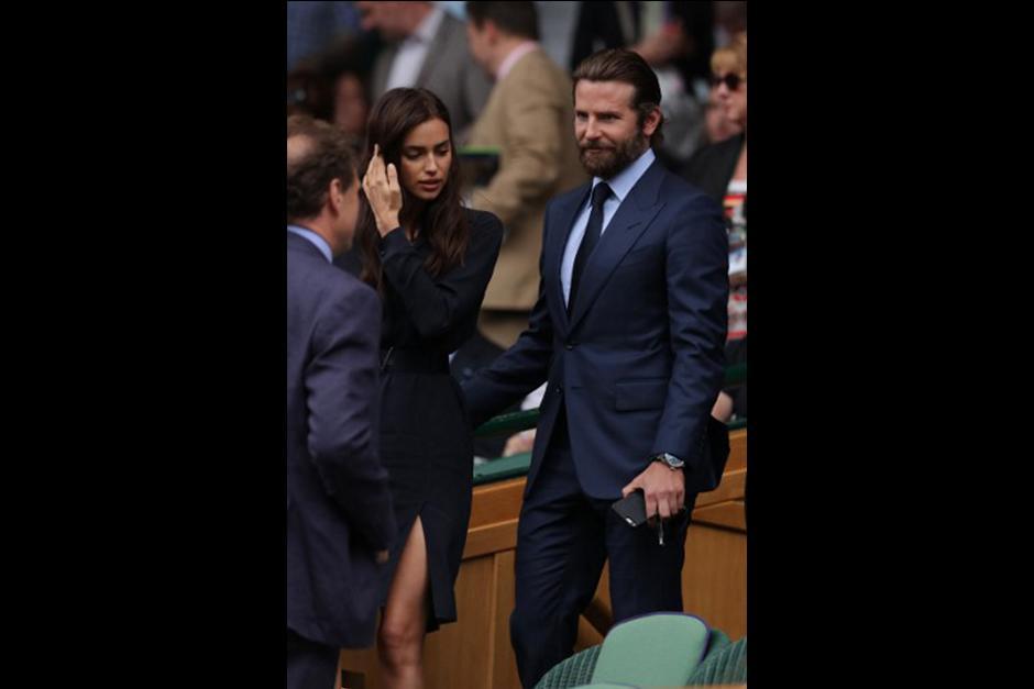 Mientras el escocés Andy Murray trataba de hacerse con su segundo premio en Wimbledon, Irina Shayk y Bradley Cooper parecen estar peleando. (Foto: AFP)