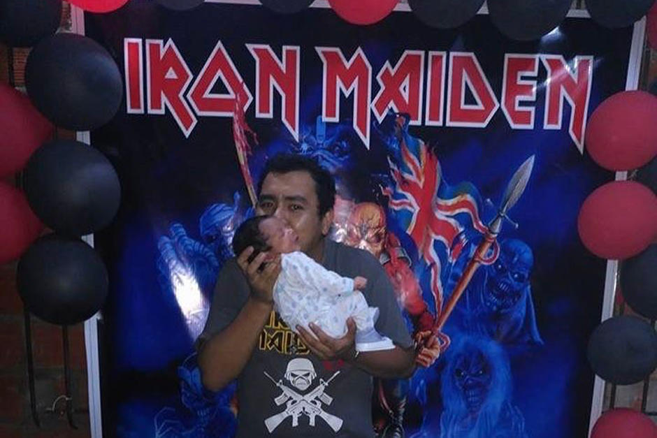El padre ha compartido una foto con su hijo y una manta de su banda favorita. (Foto: Sopitas)