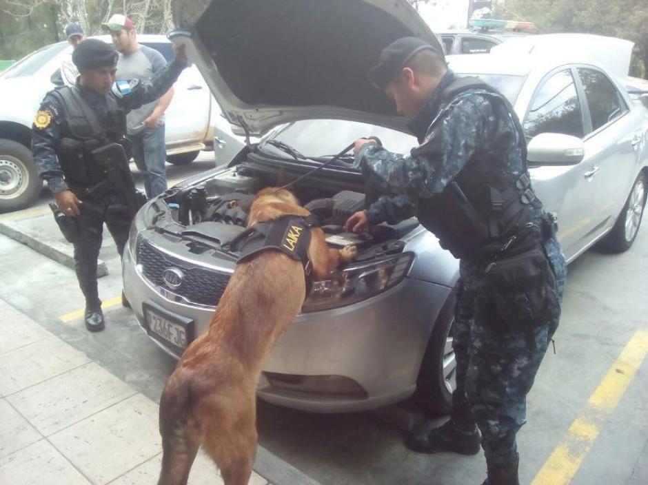 El supuesto narcotraficante paseaba en un centro comercial al ser capturado. (Foto: PNC)