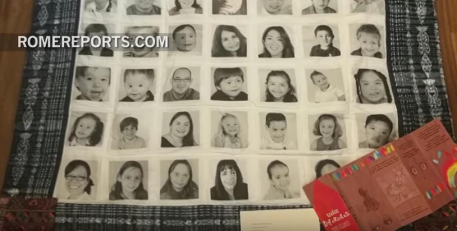 La creadora le dio un regalo al papa con fotografías de chicos guatemaltecos que le envían amor a su Santidad. (Foto: romereports.com)