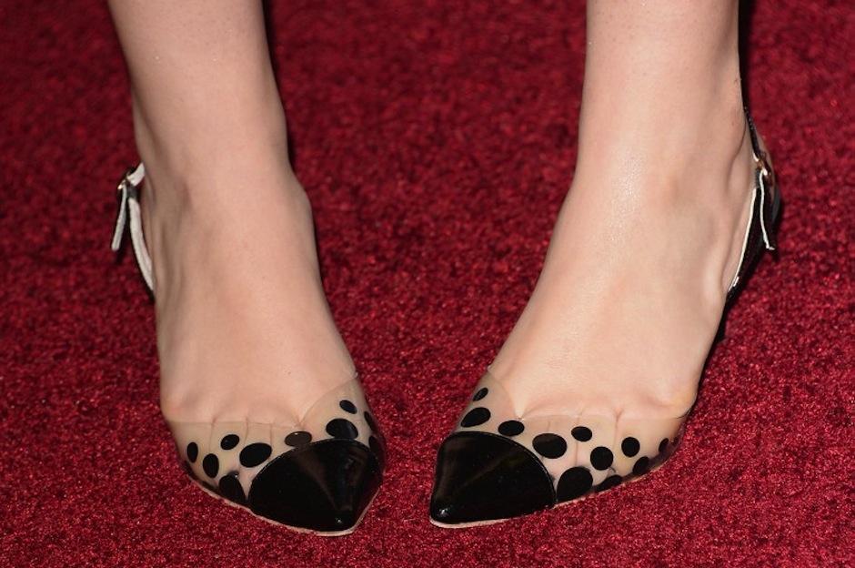 La actriz Isabelle Fuhrman lució unos juguetones zapatos de bolitas. (Foto: AFP)