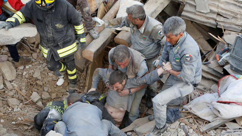 Varias personas han sido rescatadas de entre los escombros. (Foto: www.infobae.com)
