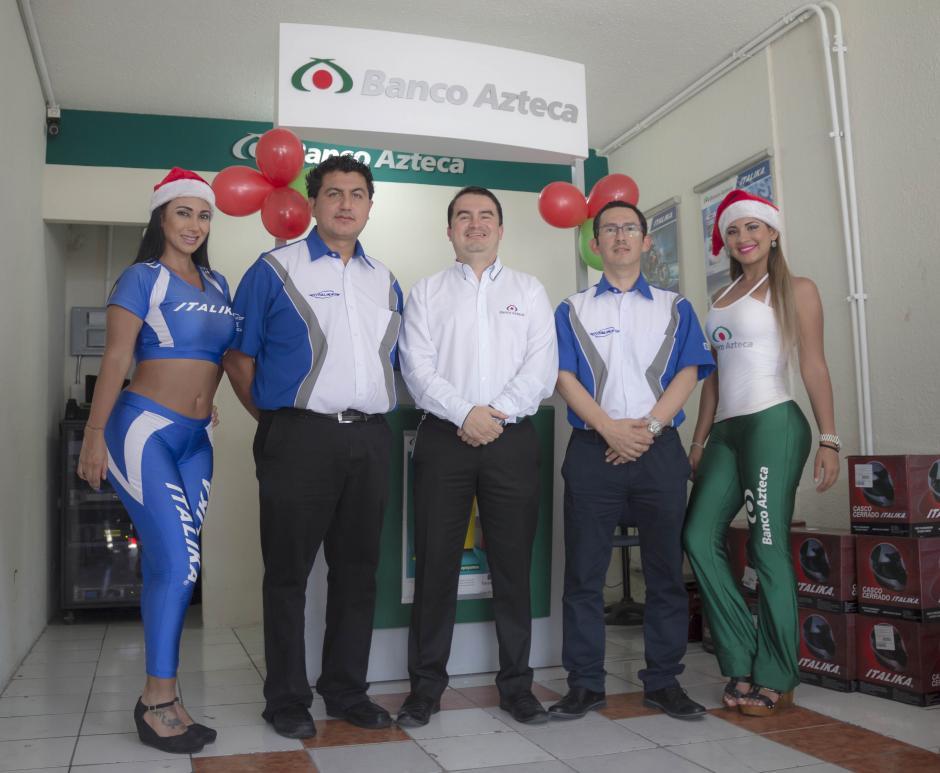 Josué García, gerente general Distribuidora Italika Villa Nueva, Sergio Morales, director Comercial de Banco Azteca y José Adolfo Mota, gerente de Distribuidores Italika, inauguraron oficialmente el primer kiosko de Banzo Azteca. (Foto: Eddie Lara/Soy502)