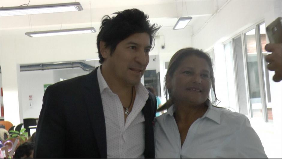 Las damas tampoco desaprovecharon la oportunidad de la selfie con Iván Zamorano. (Foto: Luis Barrios/Soy502)