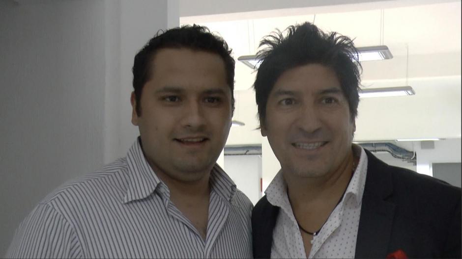 Zamorano se toma una foto con un aficionado a su llegada a Guatemala. (Foto: Luis Barrios/Soy502)